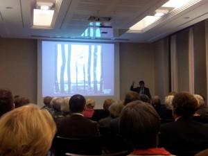 Professor Beyer erklärt Anselm Kiefer