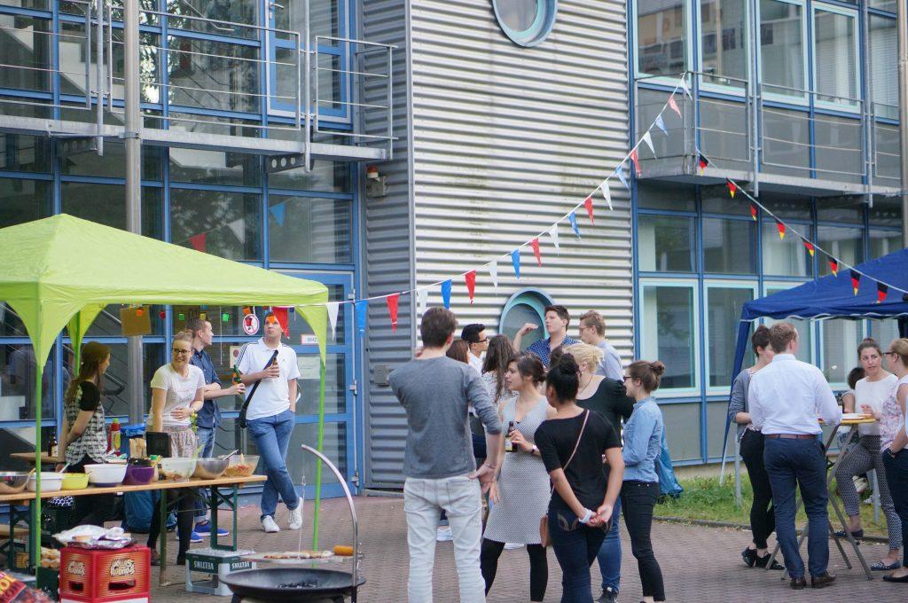 Besucher Sommerfest und Fähnchen